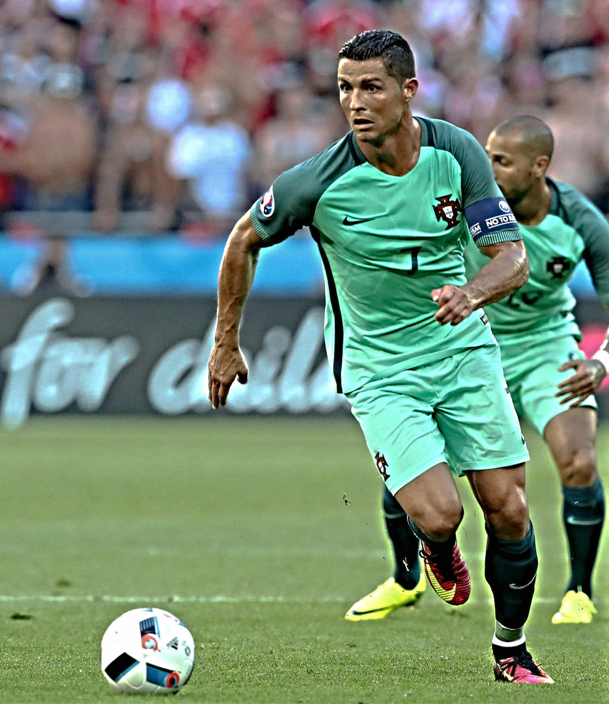 Cristiano_Ronaldo_runs_with_the_ball_during_a_match_football4football